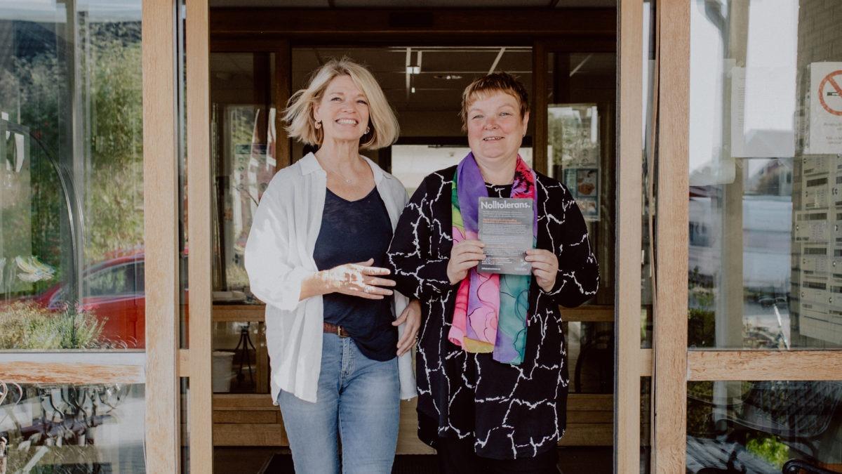 Karin Eriksson och Elena Jakobsson på Vännäs kommun med riktlinjerna mot kränkande särbehandling