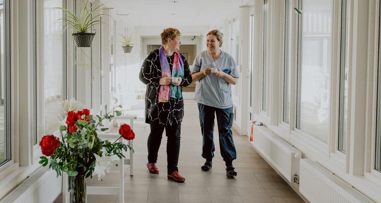 Elena Jakobsson med en ur personalen på Äldrecenter. Det är viktigt med kommunikation för att motverka kränkande särbehandling.