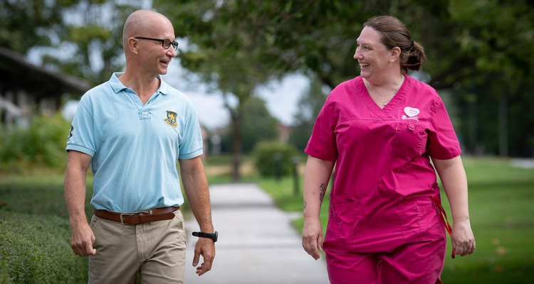 Staffan Olsson och Jenny Nilbecker går utomhus.