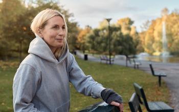 Kvinna som kopplar av i parken.