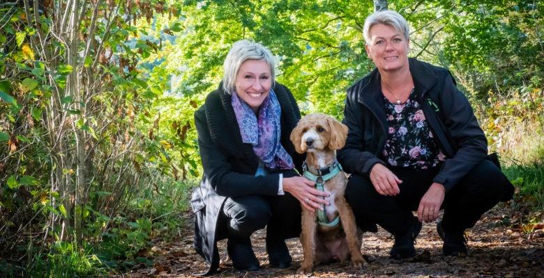 Hr-hunden, hr-specialisten och en medarbetare ute i skogen