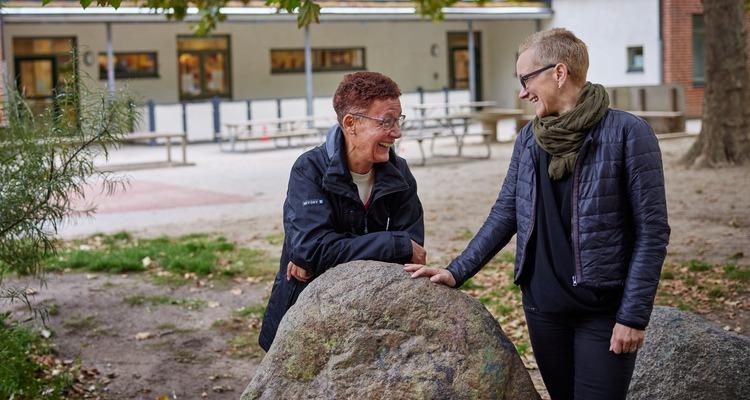 Marie Weedon och Ninni Hyleborg står och pratar på förskolans gård