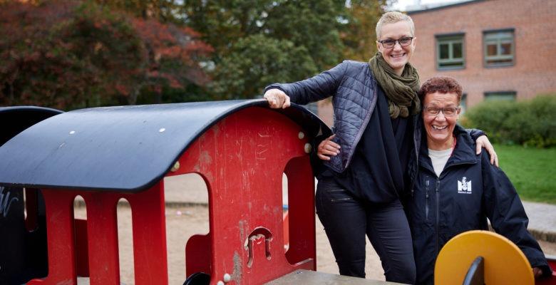 Marie Weedon och Ninni Hyleborg står på ett leksakståg på förskolegården